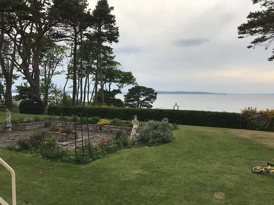 Invernairne Hotel: The hotel is just off the beach on the Moray Firth