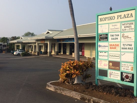 808 Grindz Cafe: KOPIKO  PLAZA  入口の店名案内には載ってないが、写真の看板の先、白い車が停まっているあたりがお店。