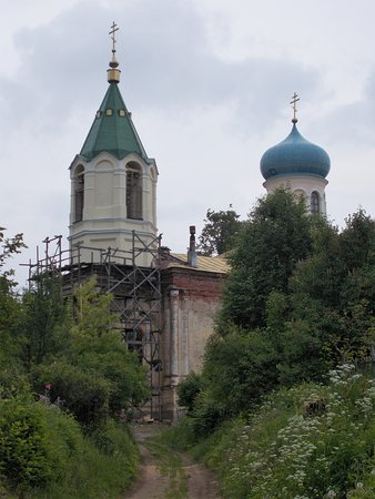 Tikhvin, Russia: Колокольня отреставрирована, остальное смиренно ждет очереди