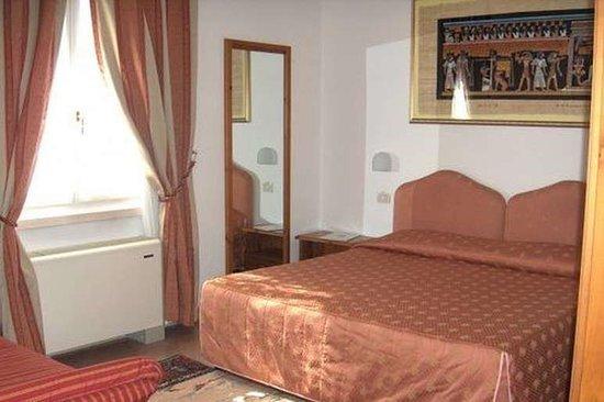 Locanda del Passo Pomposa: Camera matrimoniale con divano letto (terzo letto)