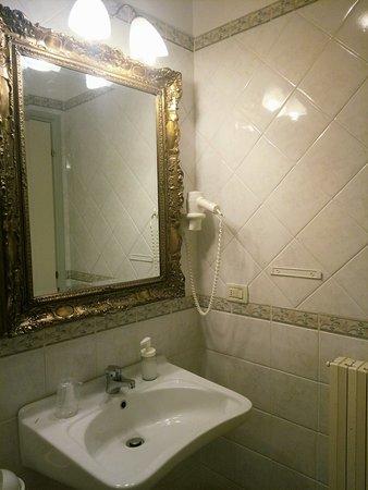 Locanda del Passo Pomposa: Bagno con ampio specchio