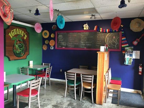 Iguanas Mexican Grill: Inside decor