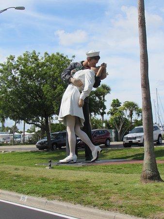 Unconditional Surrender Sculpture: O Beijo
