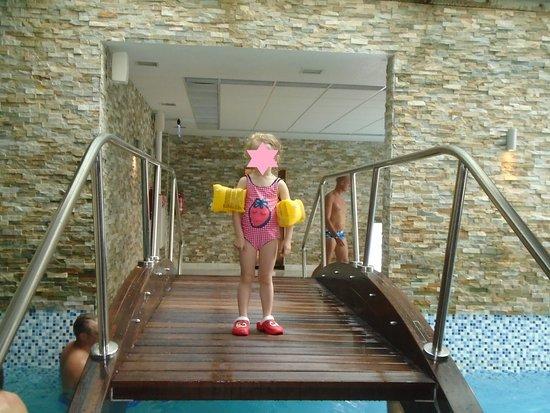 THREE APPLES SPA: Мостик в бассейне