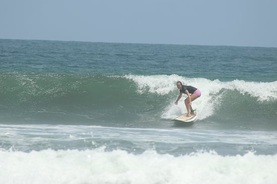 Tortuga Surf School: Amber taking a wave!