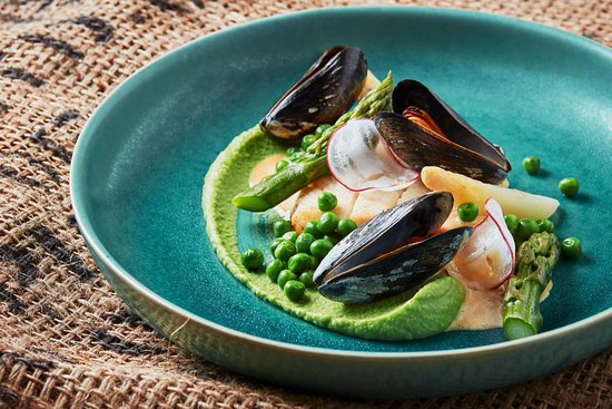 Mio Gusto: Zander, Mussels, Peas Purée, Asparagus