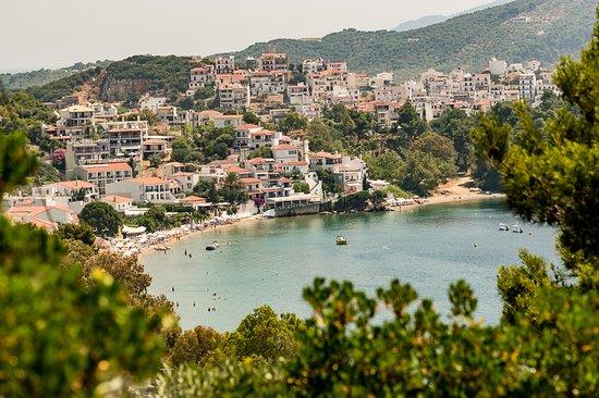 Vasilias, Grecia: View towards Skiathos town on the walk into town from the hotel.