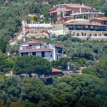 Vasilias, Grecia: Fiorella Sea View is at the top of the photo with the Elias apts just below. Villa Maria below t