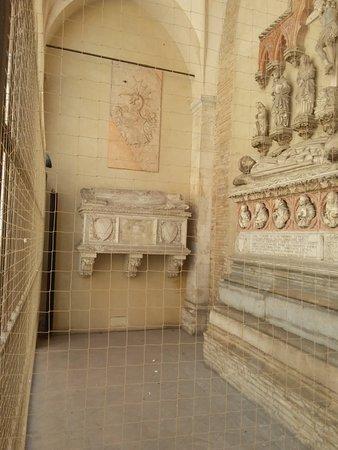 Chiesa San Francesco: Tombe malatestiane : di Paola Bianca moglie di Pandolfo (quella piccola)