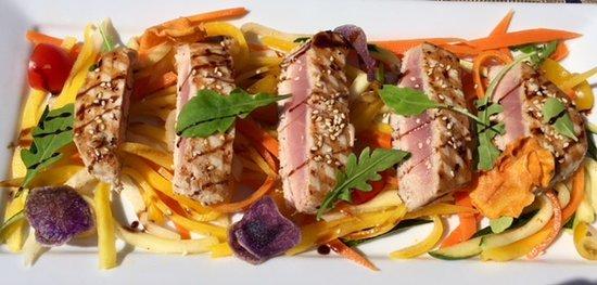 Gland, Sveits: Tataki de thon, légumes croquantes en aigre-doux au soja