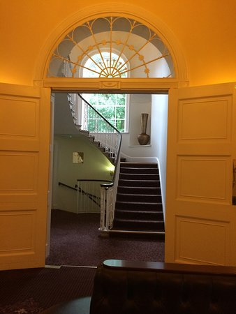 Bailbrook House Hotel : Going up the steps. Nice decor.