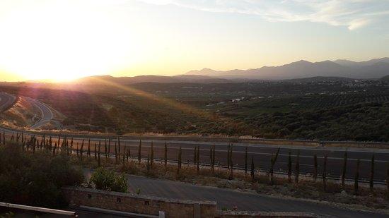 Katalagari, Griekenland: Grande route qui passe juste devant l'hôtel