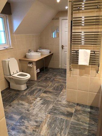 Kinkell House Hotel: Massive Bathroom