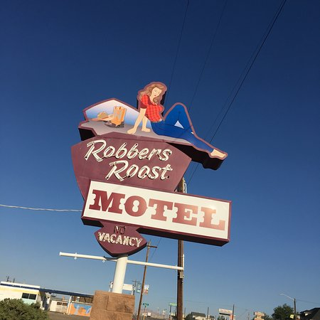Robbers Roost Motel: Can't miss the sign on Business Route 70!