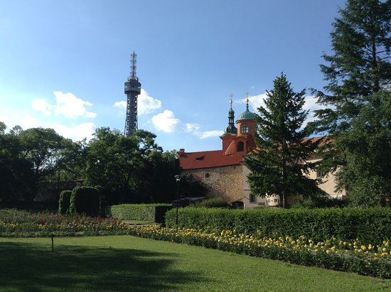 Petřín-højen: View of the Petrin Lookout Tower and the monastery