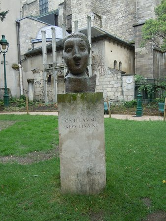 Le buste La Poesie en l'honneur de Guillaume Apollinaire