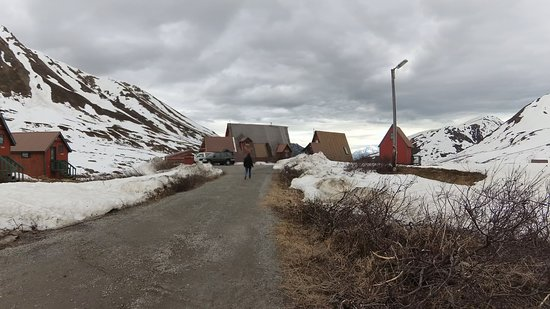 Hatcher Pass Lodge: Road to lodges after parking area