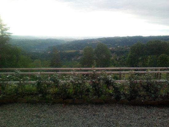 Roddino, Italien: La vista è molto meglio di quanto si vede da questa foto ;-)