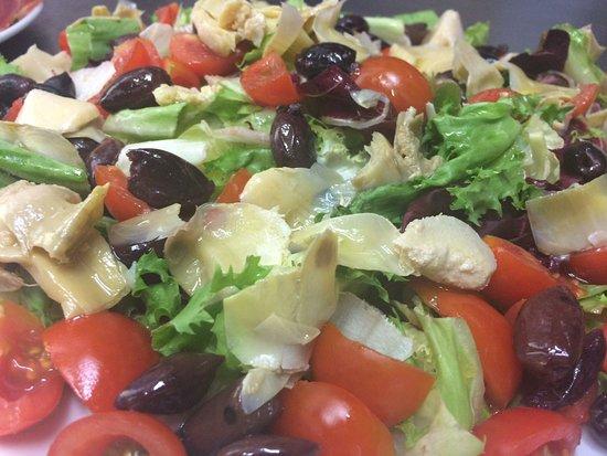 Gli Sfiziosi Ciampino: Insalatona Pomodori Ciliegino Carciofini sott'olio e Olive Taggiasche