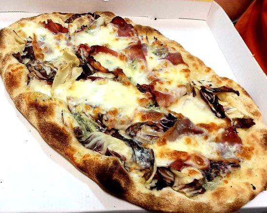 Gli Sfiziosi Ciampino: Pinsa Romana Trevigiana: Radicchio Speck Gorgonzola e granella di noci e fiordilatte