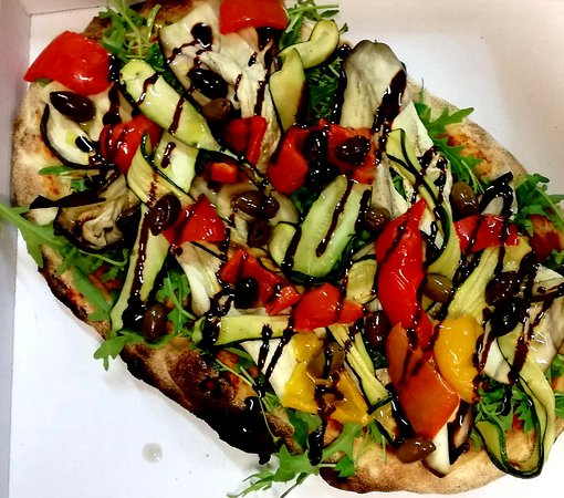 Gli Sfiziosi Ciampino: Pinsa Romana Pulcinella: Melanzane Zucchine Peperoni grigliati Olive Taggiasche e glassa di acet