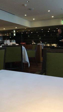 Apples Restaurant & Bar: Blick auf die offene Küche