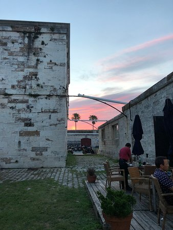 Frog and Onion Pub: Sunset in the back courtyard area