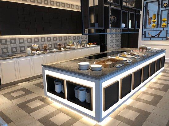 Hilton Osaka: Executive lounge buffet area with huge serving island