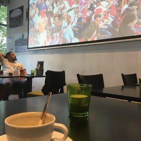 Parkside eat&bar lounge: Große leinwand beamer