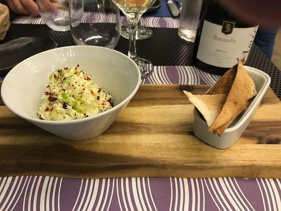 Humus Bistrot: una entrada de humus en sus variedades tradicionales e innovadoras acompañado por un delicioso v