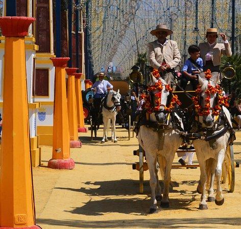 Feria del Caballo: Kostümierte Kutscher, geschmückte Pferde