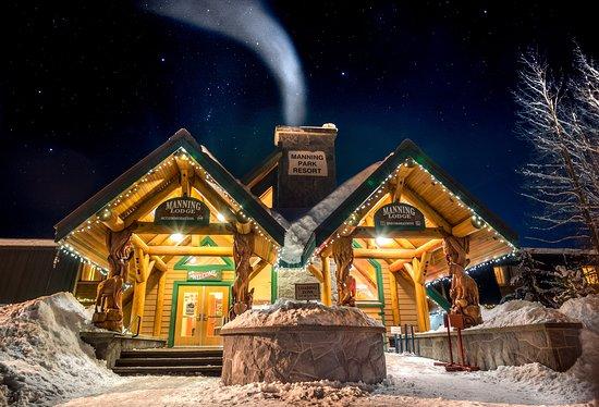 Manning Park Resort: Lodge Front Entrance in Winter