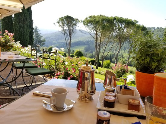 Castello di Spaltenna Exclusive Tuscan Resort & Spa : Breakfast on the terrace