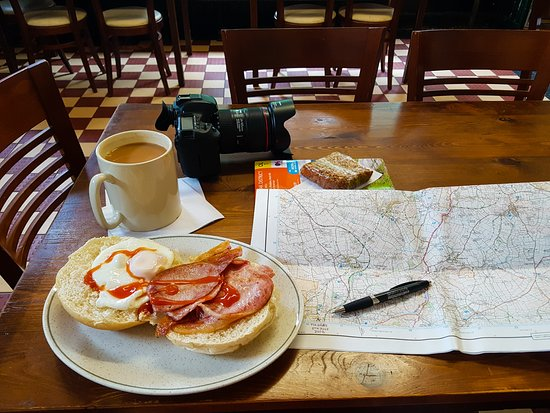 Grindleford, UK: Bliss & tradition - Pint mug of tea with a bacon & egg butty. Throw in the pleasures of an OS Ma