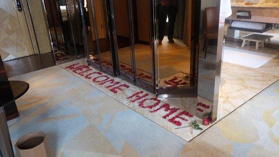 เดอะ ริทซ์ คาร์ลตัน เซี่ยงไฮ้ ผูตง: Amazing welcome from rose buds