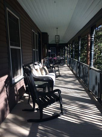 Green Mountain Falls, CO: Beautiful front porch at Outlook Lodge