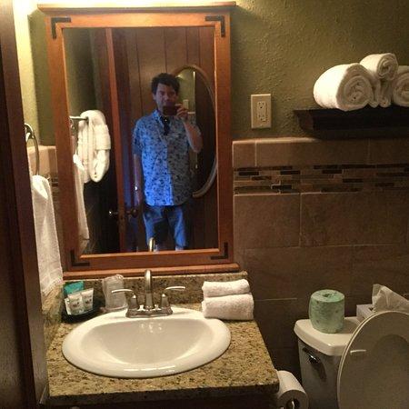 Gatlinburg Inn: Very Nice Tasteful & Clean bathroom!!