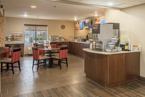 كومفرت إن راسين: 24 x 7 Refreshing Lemon Water & Coffee Station 