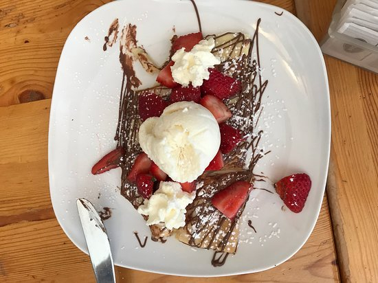 Creperie Chez Suzette : Nutella et fraises: crepe topped with strawberries, Nutella, and ice cream