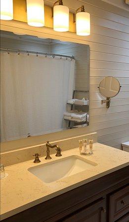 Napa Valley Railway Inn: Newly Renovated Bathrooms