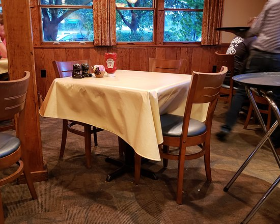 The Pottery House Café and Grille: A glance at the room