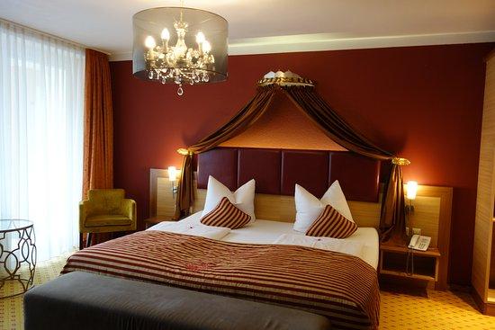 Hotel Sonne: 天蓋付きベッドのある部屋