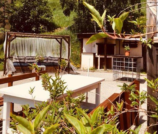 Auris, Frankrike: le jardin autour du Barbecue argentin