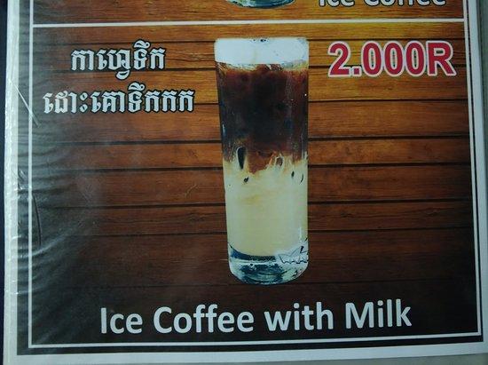 Kampong Chhnang, Καμπότζη: 닭고기 생강볶음(차 끄녀이)와 채소볶음... 그리고 연유 커피. 음식가격은 10000리엘이니 2.5$정도. 적당한 가격. 친절함.