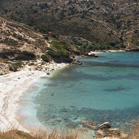 Fourni, Yunani: La spiaggia di Petrokopio , molto bella, con sassi bianchissimi e un acqua che sembra una piscin