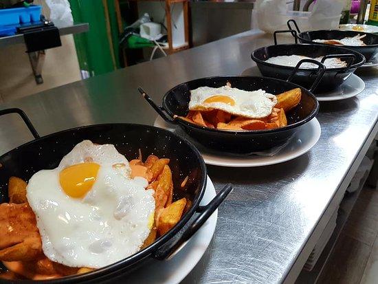 Simat de la Valldigna, Spania: Patatas con crema de chorizo y huevo