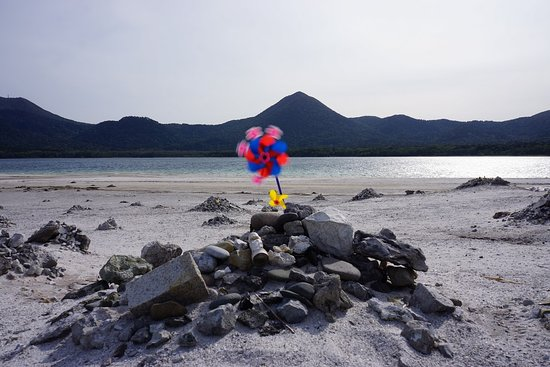Osorezan: 宇曽利(うそり)湖を中心とする釜臥山、大尽山などの八峰を総称して「恐山」と呼んでいます。