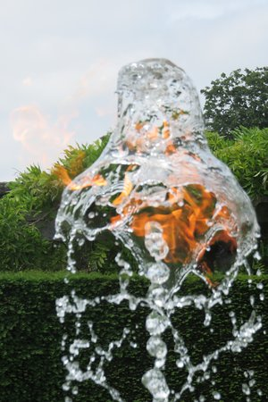 Houghton, UK: Fire in water fountain