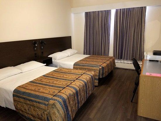 Chambre Avec 2 Lits Doubles Picture Of Hotel Du Parc Chicoutimi