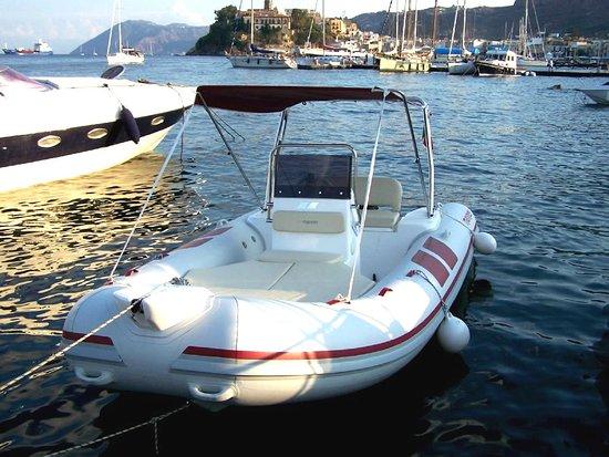 Lipari, Italie: noleggio gommone mariner